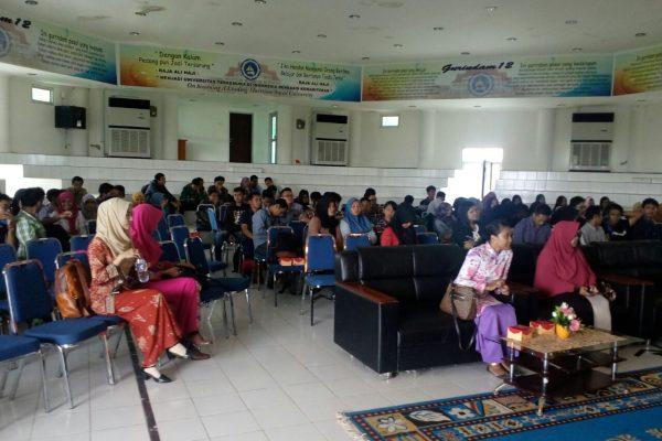 Suasana kuliah umum di gedung auditorium Dompak