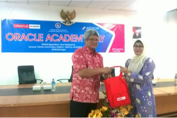 Penyerahan cindera mata dari pihak Oracle Academy Day (Nurul Huda) ke Rektor UMRAH (Prof. Syafsir Aklus) Credit by: F. Yoga