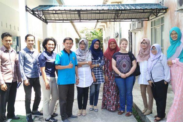 Berfoto bersama – para dosen TI FT UMRAH dan Elisa Priollaud